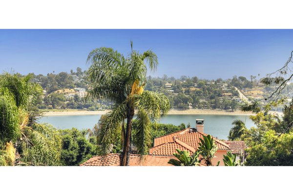 Thebeautiful view of the Silver Lake Reservoir.