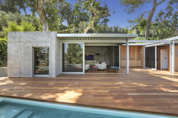 The pool house has been designed by Taalman Architecture.