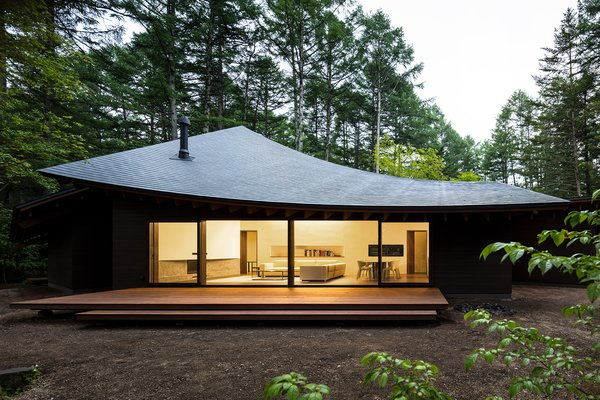 This Serene Japanese Retreat's Overlapping Roofs Look Like Fallen Leaves