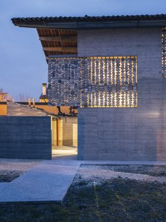 The stone curtains give the facade a special inner glow.