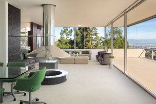 Floor-to-ceiling glazing creates a strong connection with the site's breathtaking views.