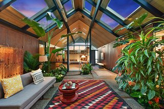 What makes this Oakland-designed Eichler so special is its spacious, central indoor/outdoor atrium. Enclosed by glass walls, the space features spectacular skylights framed by a wood-paneled ceiling.