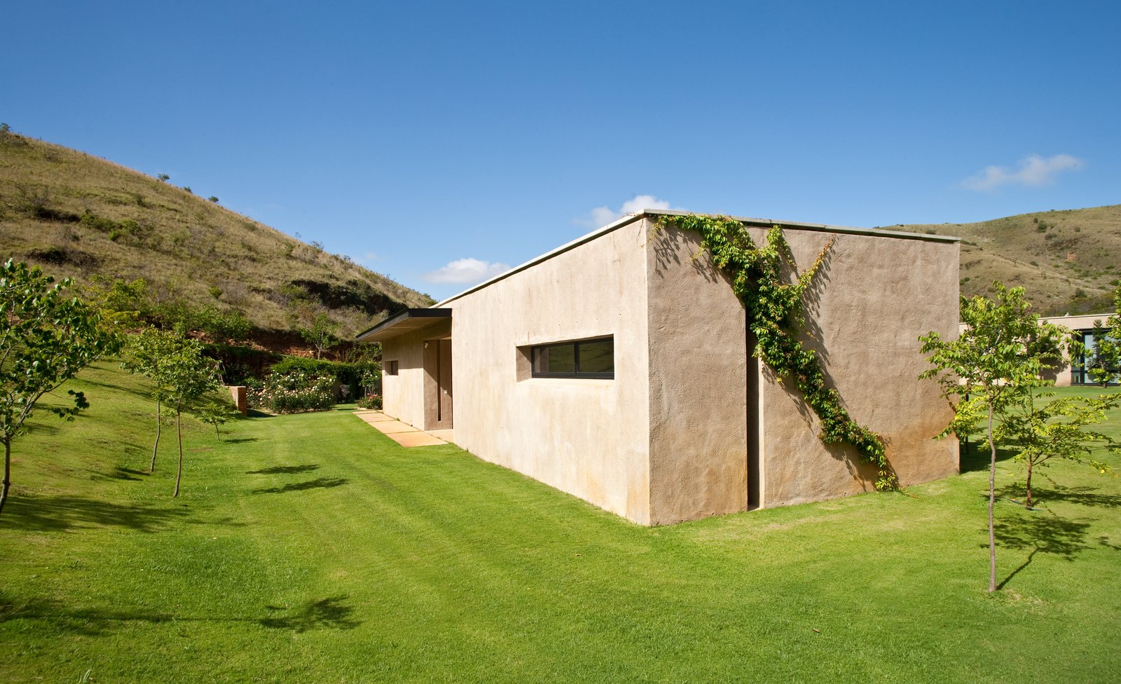 Outdoor, Side Yard, Trees, Grass, Shrubs, and Slope  Photos from This South African Villa Lets You Bask in Divine Views