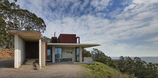 An entrance gallery along the residence's western elevation leads residents into a flowing open floor plan. Living spaces stretch towards views of Megalong Valley to the east.