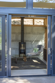 A Lean Cabin in Washington Dismantles the Indoor/Outdoor Divide - Photo 7 of 9 -
