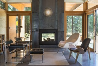 A Lean Cabin in Washington Dismantles the Indoor/Outdoor Divide - Photo 4 of 9 -