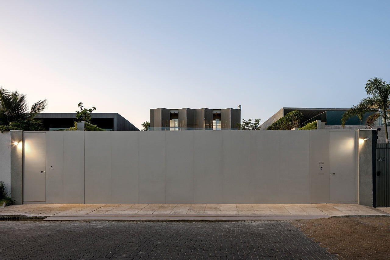 Photo 2 of 14 in A Modern Beachfront House in São Sebastião, Brazil