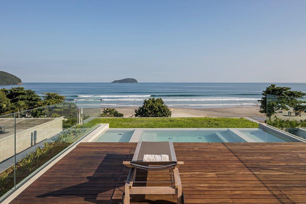 Photo 10 of 14 in A Modern Beachfront House in São Sebastião, Brazil
