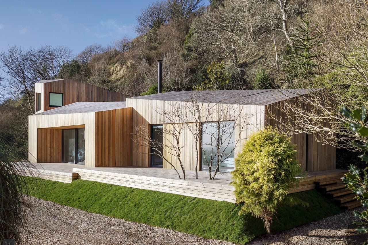 Exterior, Wood Siding Material, and Cabin Building Type  Photo 3 of 19 in A Modern Holiday Home on a Cliff on the South Coast