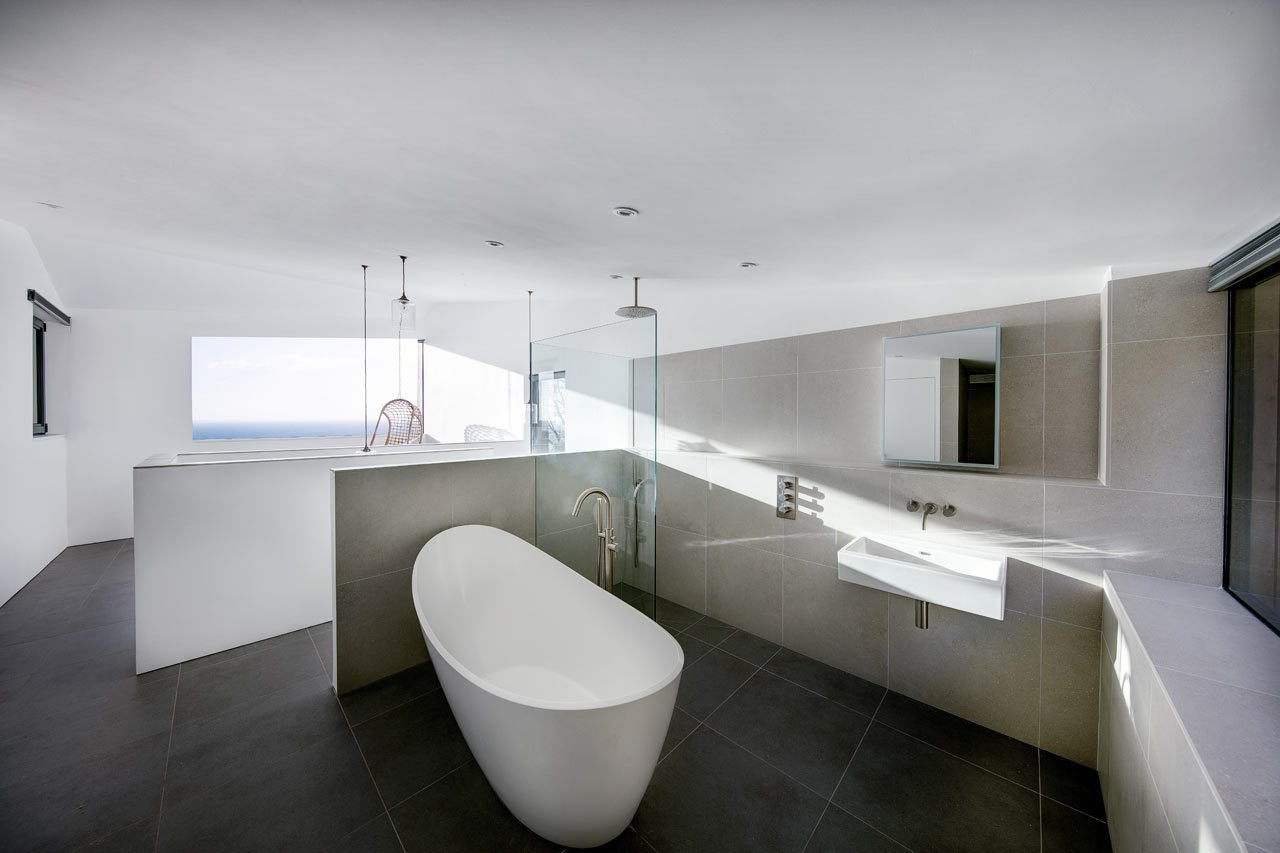 Bath Room and Freestanding Tub  bains from A Modern Holiday Home on a Cliff on the South Coast