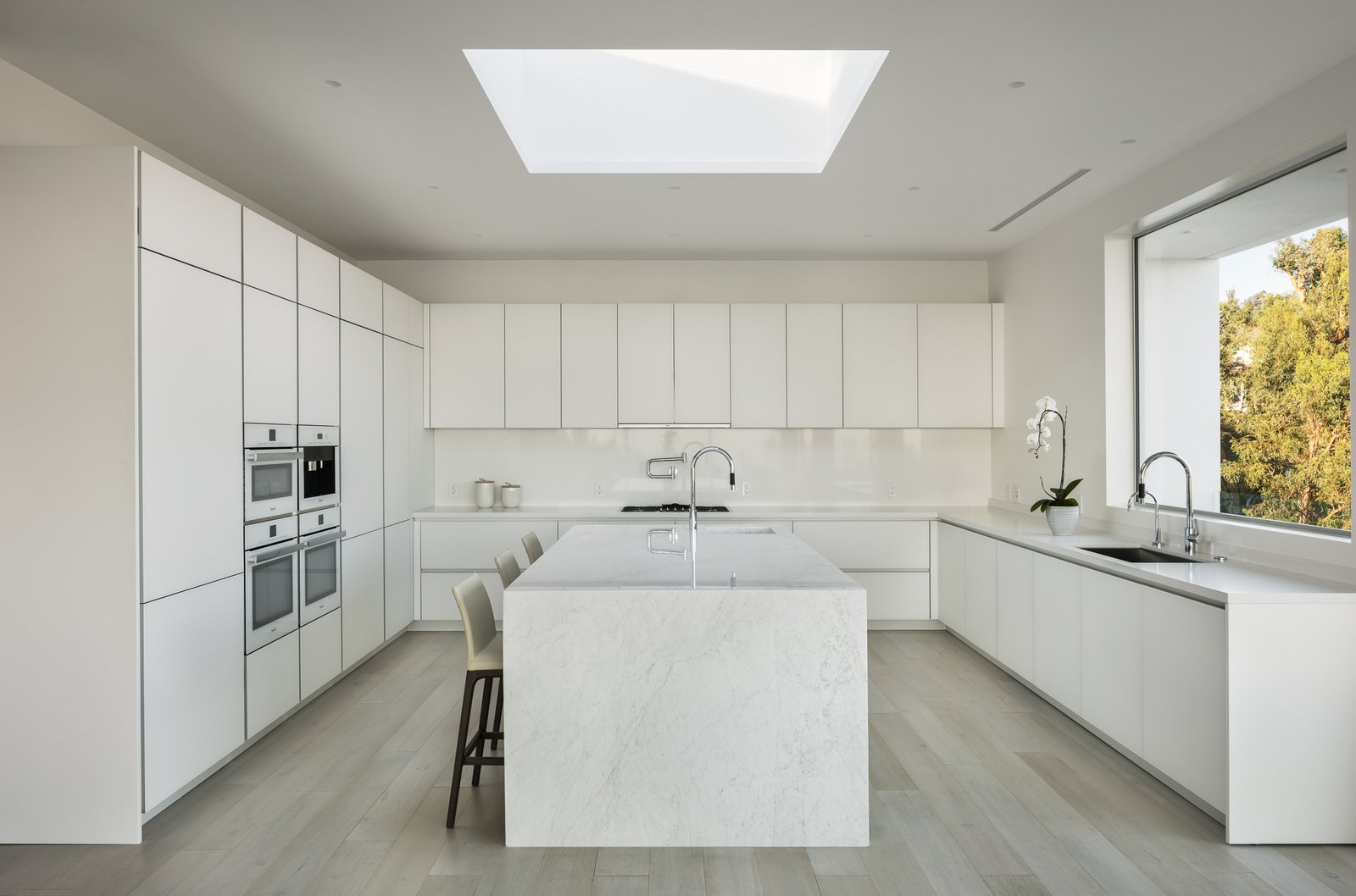 Photo 18 of 30 in These 30 White Kitchens Are Anything But Ordinary ...