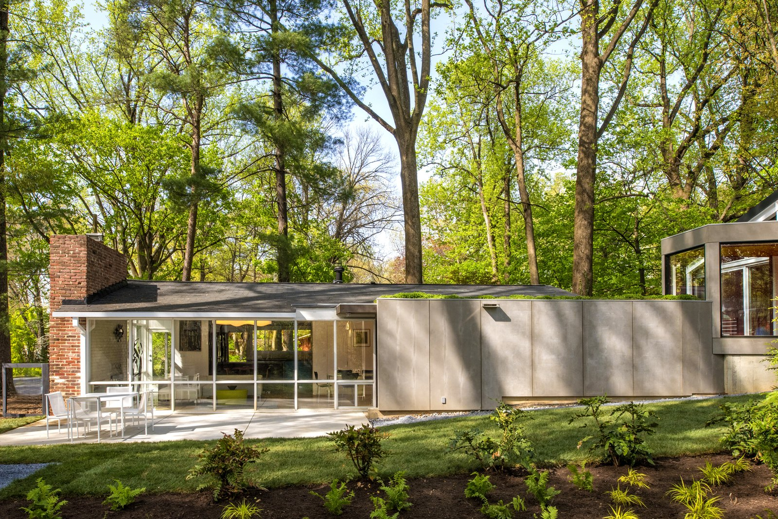 Exterior, Concrete, Shingles, Glass, House, Mid-Century, Brick, Green, Metal, and Gable  Exterior Concrete Glass Green Photos from Dual Modern