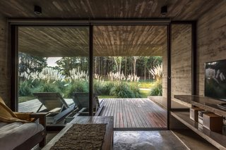 Casa Bosque sits on a sloping dune along the shore of the Argentine coast.
