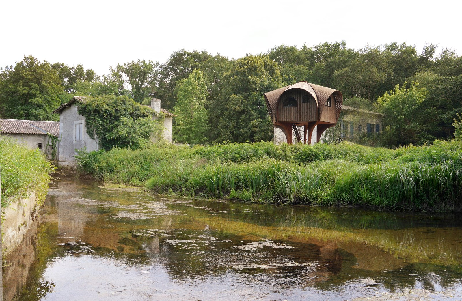 Photo 1 of 5 in Le Haut Perché Offers Free Shelter For Hikers in the Rustic Countryside of Bordeaux