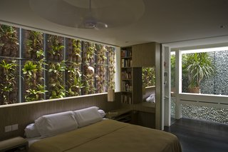 This Modern Home in Singapore Is a Living Urban Jungle - Photo 9 of 12 -