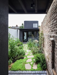10 Homes With Large, Well-Ventilated Courtyards - Photo 7 of 9 - Designed by Dallas-Pierce-Quintero, this two-bedroom house within the walls of an infill site in East London relies on a series of courtyards as its main source of sunlight.