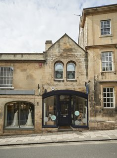 In the heart of the historic town of Wiltshire in Bradford on Avon is an apartment in a 19th-century building that was refurbished and designed by Ian Hill. The ground-floor commercial space was combined with a cozy first-floor studio apartment.
