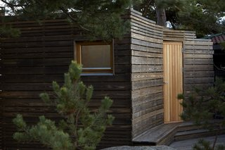 A Tiny Bathhouse on the Norwegian Island of Hankø Made With Sustainable Softwood - Photo 4 of 10 -