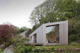 Ecospace holiday retreats, like this one in Cornwall, are larger scale versions of their modular studios and include bathrooms, kitchens, and bedrooms. It would make a perfect little vacation home or hotel room on a beautiful natural site.