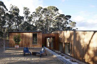 A Bushland Home in Melbourne That's Divided Between Two Pavilions - Photo 12 of 13 -