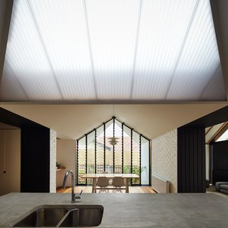 A New Hip Roof Rejuvenates a California-Style Bungalow in Melbourne - Photo 3 of 12 -