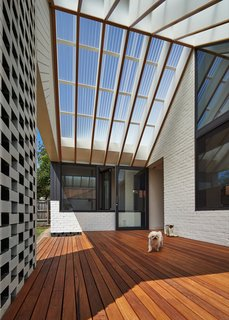 A New Hip Roof Rejuvenates a California-Style Bungalow in Melbourne - Photo 5 of 12 -