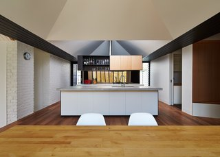 A New Hip Roof Rejuvenates a California-Style Bungalow in Melbourne - Photo 7 of 12 -