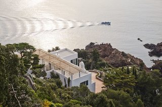 Discover 8 of the Best Mediterranean Homes - Photo 6 of 11 - As the former home of modernist architect Barry Dierks, this French Riviera residence that overlooks the Mediterranean Sea was updated with modern interiors and amenities. However, its white cubic architectural facade from 1926 was kept intact.