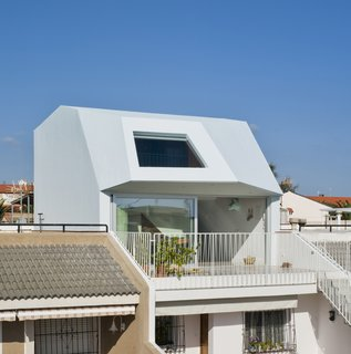 A Spanish House's Addition Looks Like an Ultra-Modern Helmet - Photo 4 of 13 -
