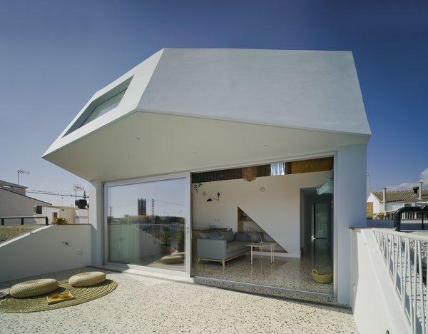 A Spanish House's Addition Looks Like an Ultra-Modern Helmet - Photo 1 of 13 -