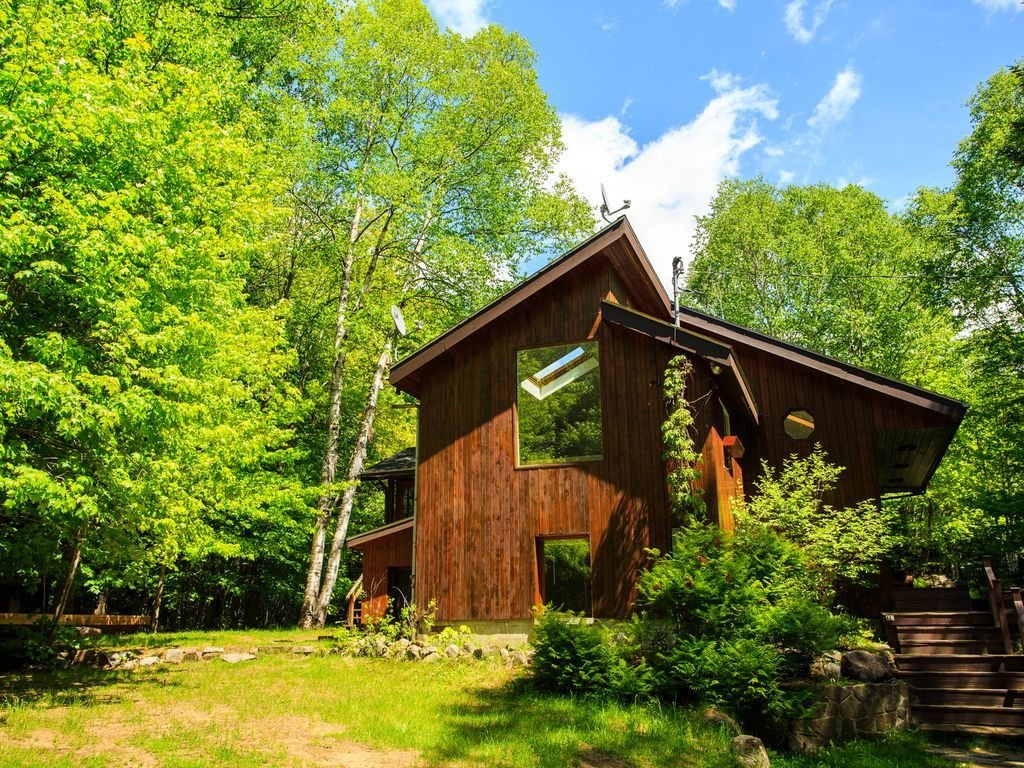 Exterior, Cabin Building Type, Wood Siding Material, and Shed RoofLine  Photo 15 of 16 in 8 Outstanding Cabins For Rent in Canada