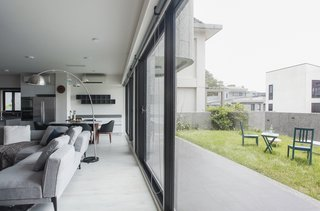 A Serpentine Wall in This Taiwanese Home Divides Public and Private Space - Photo 4 of 14 -