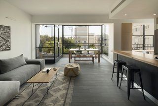 Graphic Design Guides an Apartment Renovation in Tel Aviv - Photo 4 of 14 -