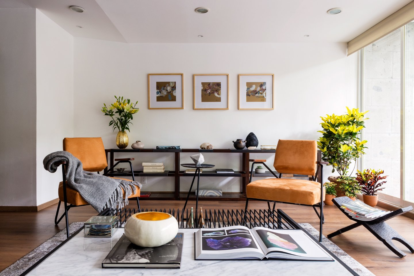 Tagged: Living Room, Recessed Lighting, Bookcase, Dark Hardwood Floor, End Tables, Chair, and Rug Floor.  Best Photos from 7 Stylish Pads to Rent in Mexico City
