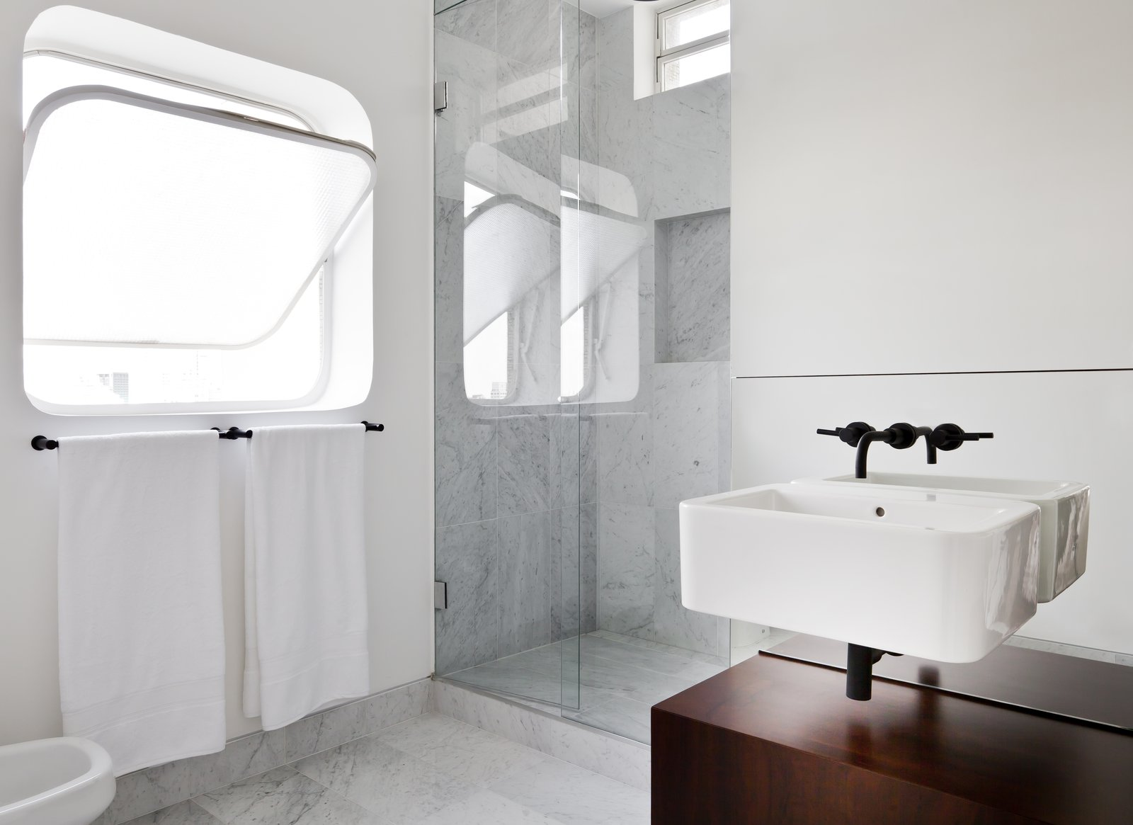 Bath, Corner, Enclosed, Wall Mount, Marble, and Marble  Best Bath Wall Mount Corner Photos from This Renovated Pad in São Paulo's Iconic Lausanne Building Is a Breath of Fresh Air