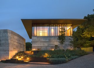 A Dramatic Roof and Board-Formed Concrete Keep This Texas Residence Cool - Photo 2 of 13 -