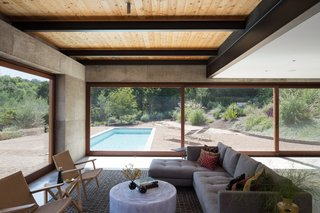 A Dramatic Roof and Board-Formed Concrete Keep This Texas Residence Cool - Photo 5 of 13 -