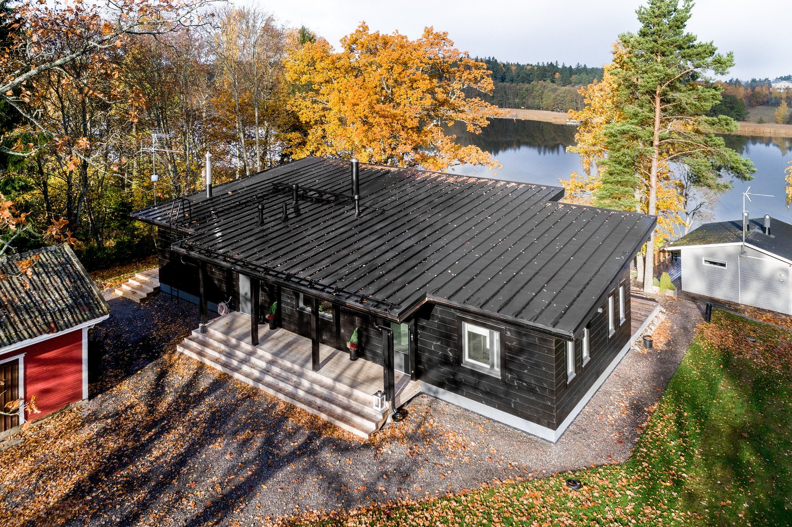 Exterior, House Building Type, Shed RoofLine, Cabin Building Type, And Wood  Siding