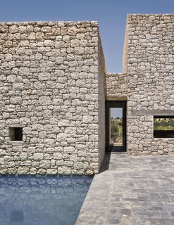 Villa DL has small roofless courtyards, and a central patio reminiscent of the types found in ancestral farmsteads in the nearby countryside.