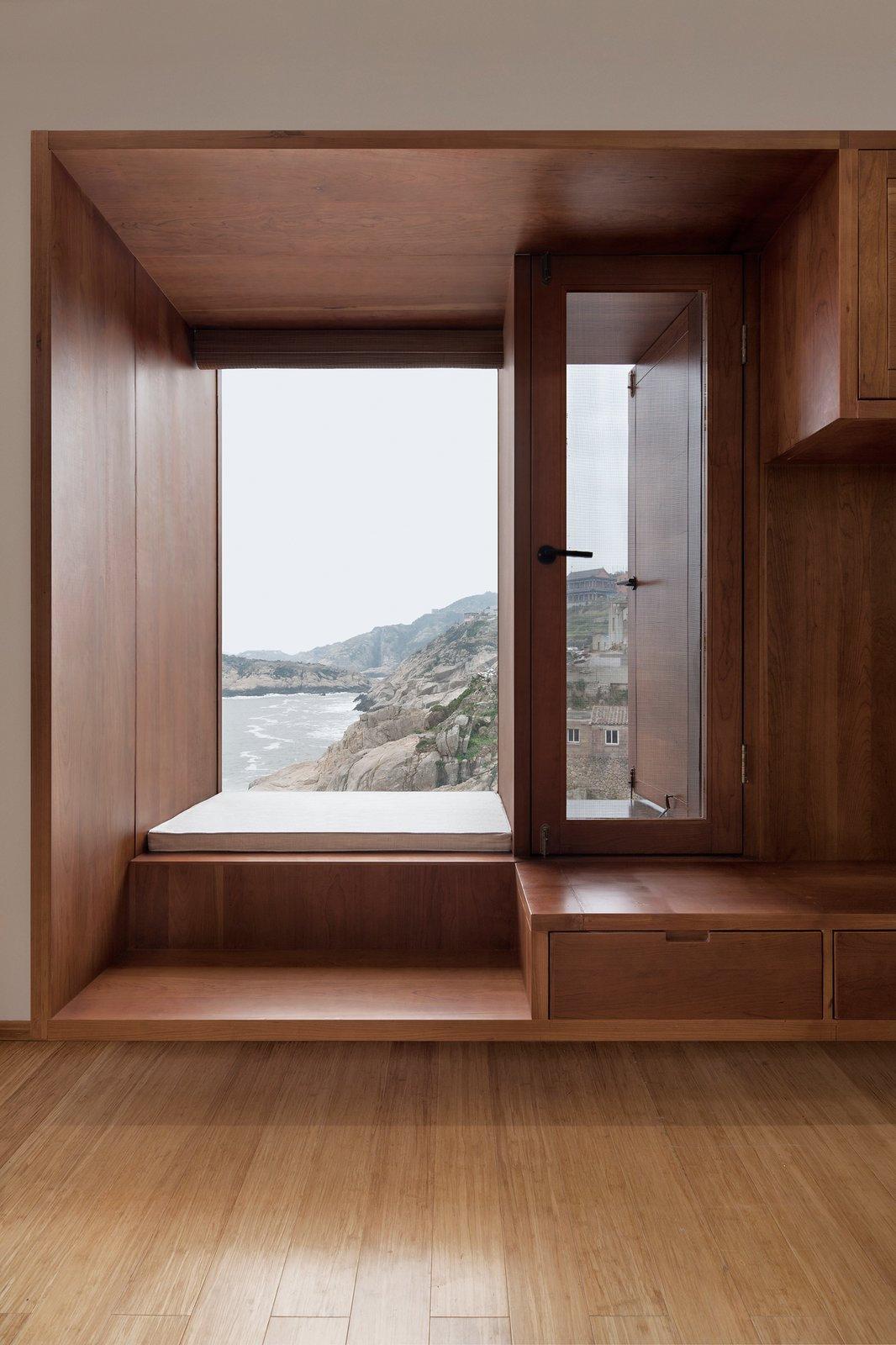 Windows are used to maximize space.