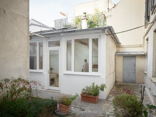 Before and After: A Renovated Artist's Studio Is Now an Airy, Efficient Home - Photo 4 of 16 - Plenty of light enters the living area through a peaceful backyard garden.