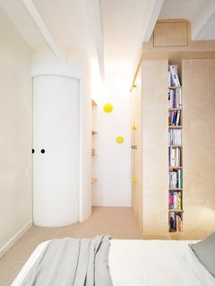 Instead of using swinging doors which take up considerable floor space, Pelcé and Pellottiero used a curved sliding door to serve as the entrance to the master bedroom.