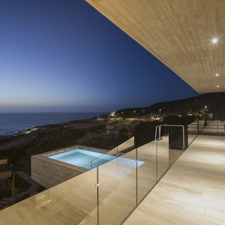 This transverse volume projects in an east-west direction out toward the sea. It includes a 23-foot cantilever that contains a gorgeous outdoor pool overlooking the ocean.