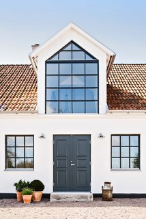 For the roof, Andersson opted for tiles and plates made of galvanized steel sheets.