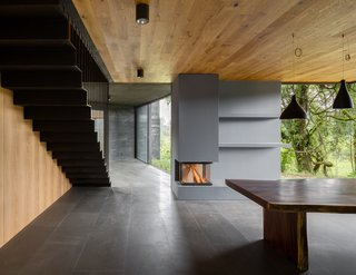 The timeless character of the black concrete is felt as one enters the semi-hidden entrance path to the house, and each of the volumes gradually reveals itself.