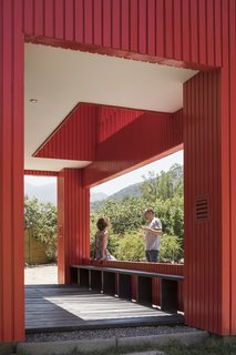 The front deck is designed like an extension of the facade and connects with the outdoors.