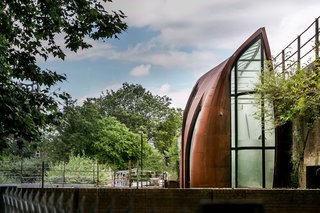 Ingeniously constructed with an exterior of slim, steel foils that form a protective, acoustic shell around the entire house, Archway Studios presently combines a family residence and a photography studio.