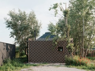When not in use, a lattice panel covers the facade, closing off and protecting the cabin when the couple is back in the city.