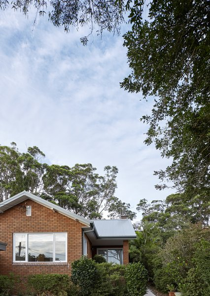 The site is located within the Australian bush lands of Willoughby Council's Griffin Heritage Conservation Area, which added another level of complexity to approvals process and design.
