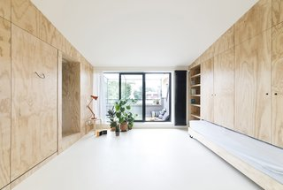 To make the living area feel much more open and comfortable, the architects have created minimal service areas that are hidden when the batipin-plwood panels are closed.